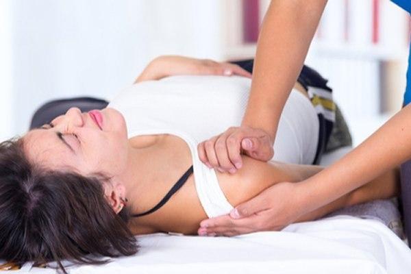 מטרתו של הטיפול הפיזיותרפי הוא לשפר את טווחי התנועה. צילום: שאטרסטוק
