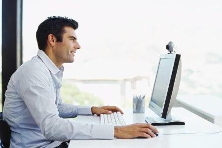 עובדים עם עכבר של מחשב נשענים על המרפק זמן ממושך ולכן מצויים בסיכון. צילום: thinkstock