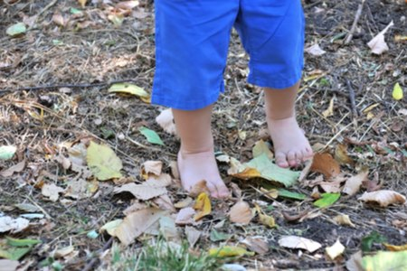 כדאי לאפשר לילד להתרוצץ בסביבה בטוחה כשהוא יחף. צילום: שאטרסטוק