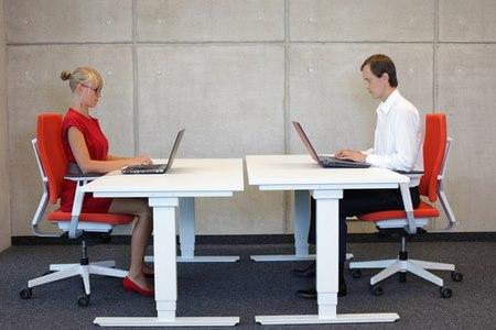ישיבה נכונה עשויה למנוע כאבי גב. צילום: שאטרסטוק