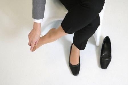 חלק מן העיוותים נרכשים כתוצאה מהרגלים מזיקים, כמו שימוש בנעלי עקב. צילום: שאטרסטוק