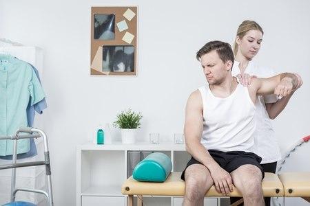 בחלק גדול מבעיות בכתף, הטיפול הראשוני הוא פיזיותרפיה. צילום: שאטרסטוק